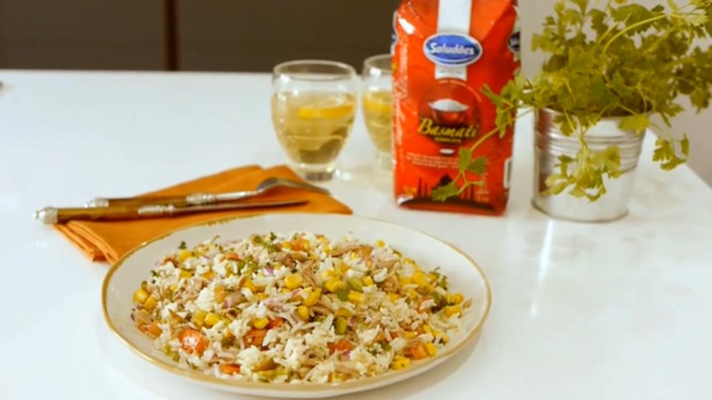 Imagem da receita de arroz pilaf de atum, milho e tomate, preparado com Arroz Saludães Basmati