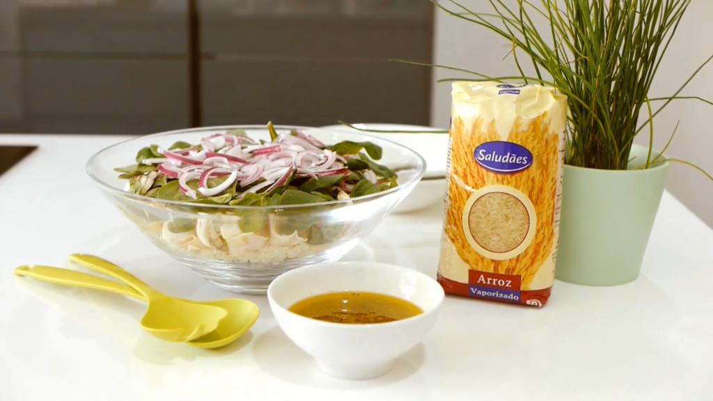 Salada em camadas com arroz